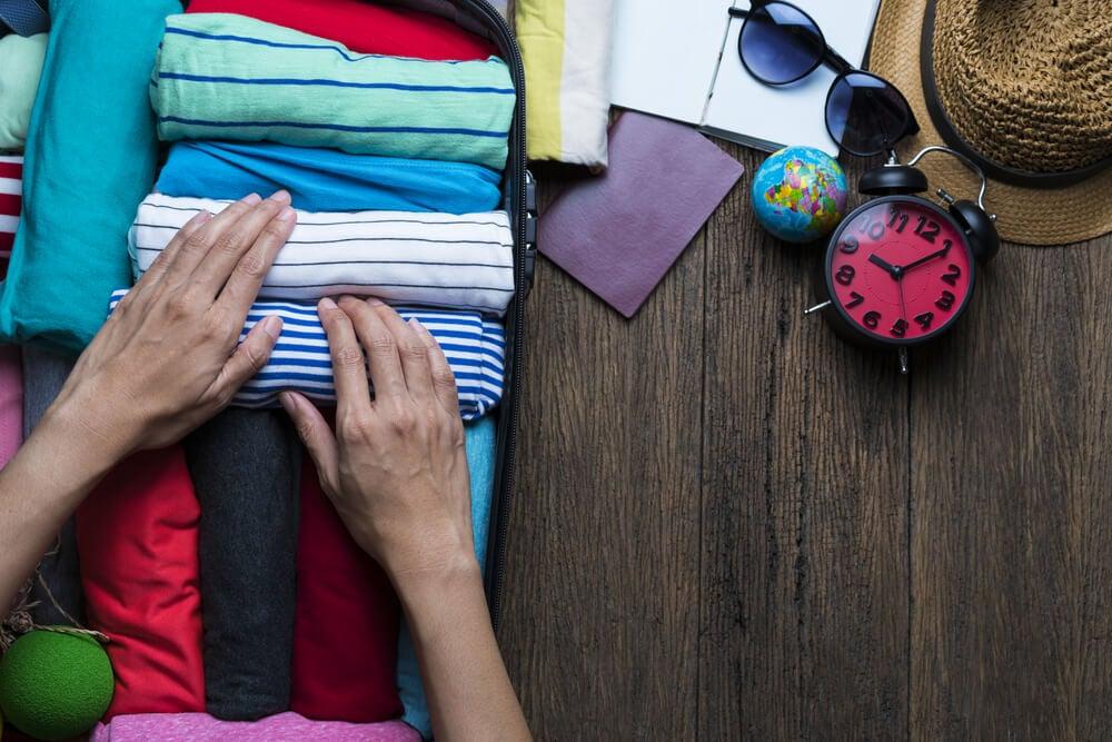 Mujer haciendo la maleta de mano