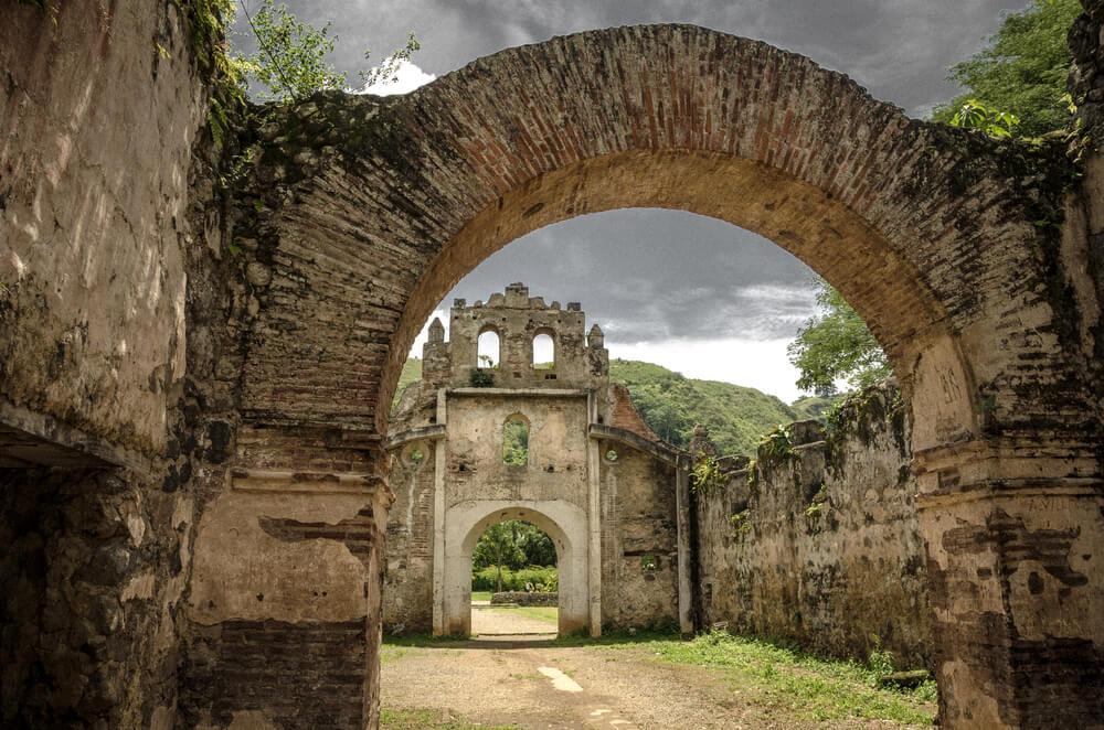 Ruinas de la iglesia de Ujarrás en el valle de Orosi