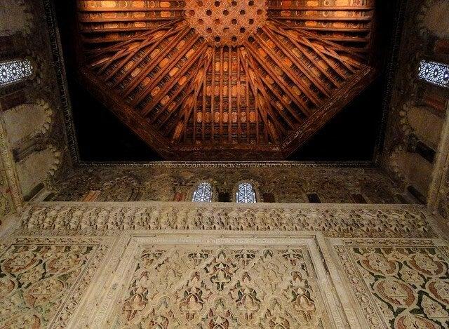 Interior de la sinagoga del Tránsito en Toledo