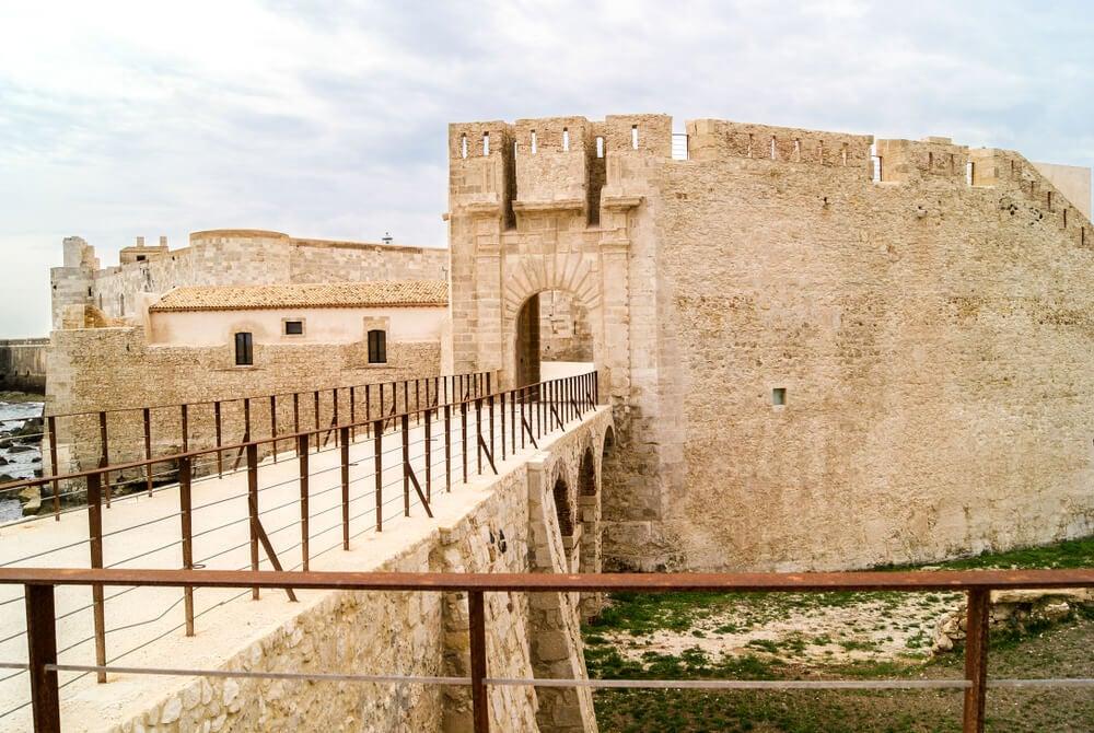 Acceso al castillo de Maniace