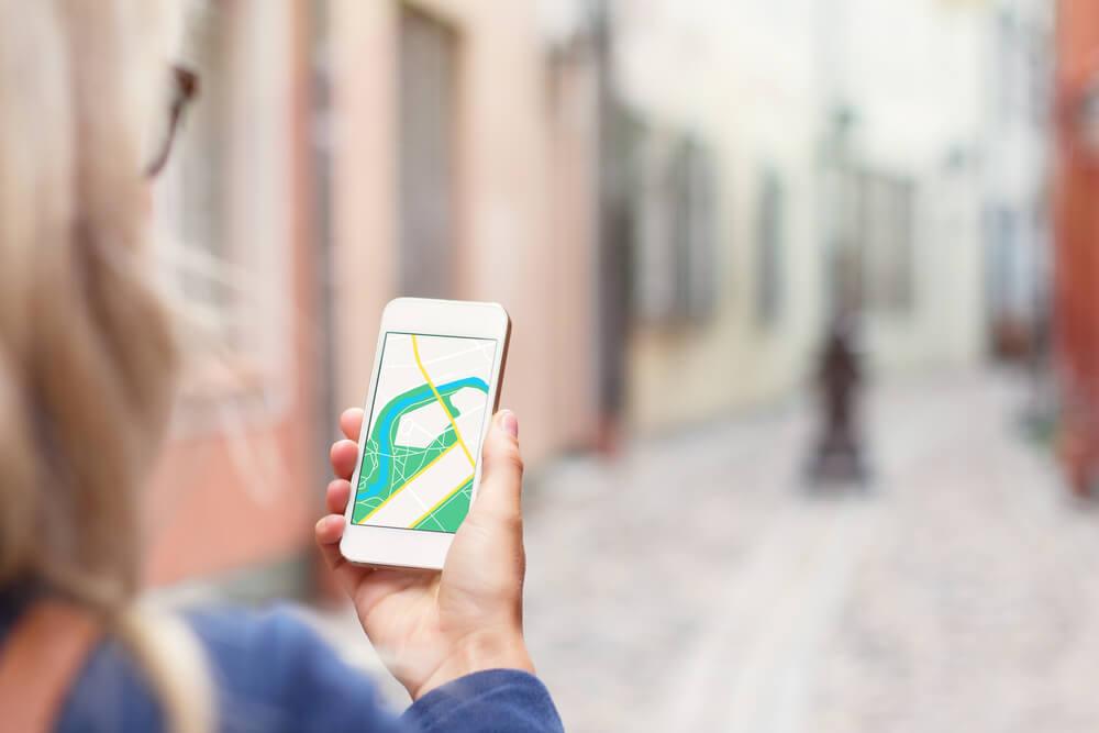 Mujer usando una aplicación de Internet en el extranjero