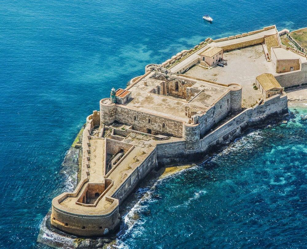 Conoce el castillo de Maniace en la isla de Ortigia