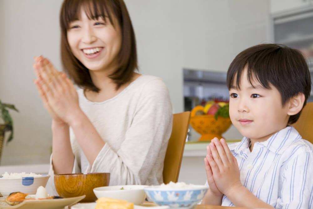 Familia japonesa agradeciendo la comida