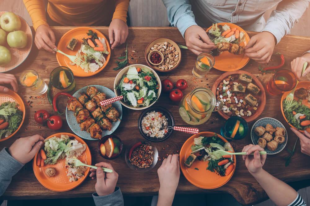 Claves para cuidar tu estómago mientras viajas