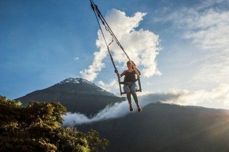 Volcán Tungurahua y mujer columpiándose