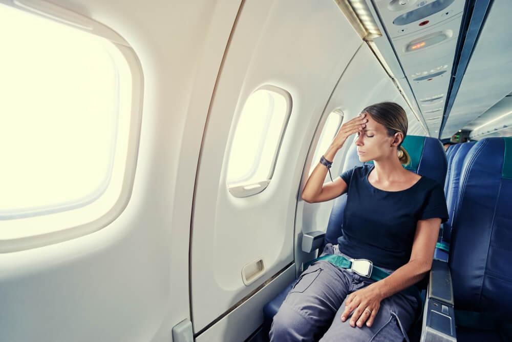 Mujer enferma en un avión