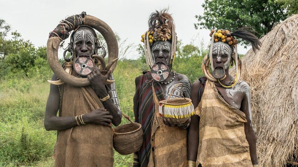 Mujeres de la tribu mursi, una de las culturas más extrañas
