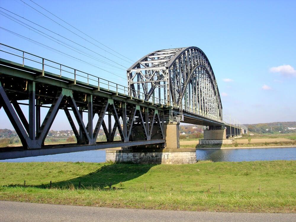 Puente sobre el río Rhin en la Ruta de la Liberación