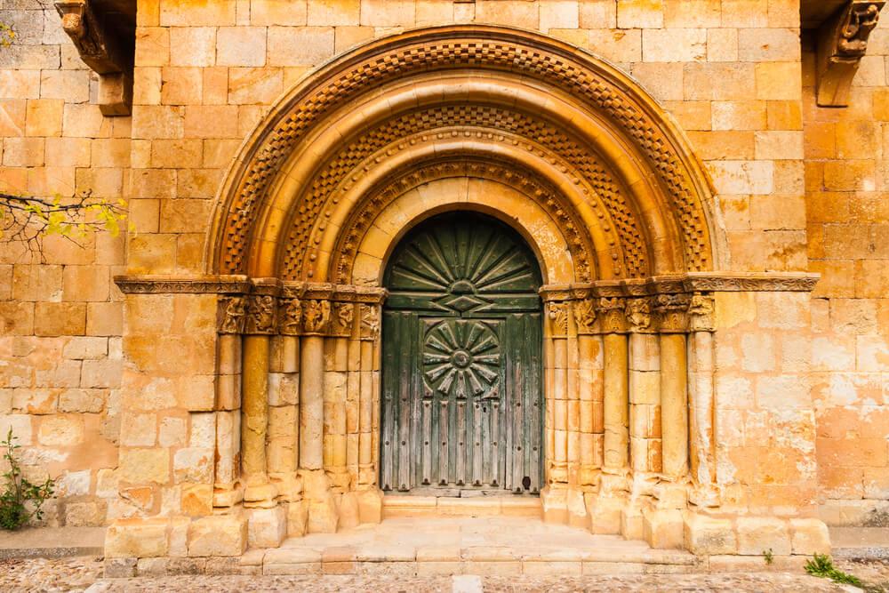 Portada de la iglesia de San Juan Bautista, ejemplo del románico en Palencia