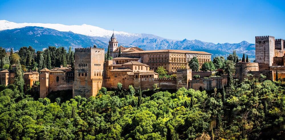 La Alhambra con Sierra Nevada al fondo
