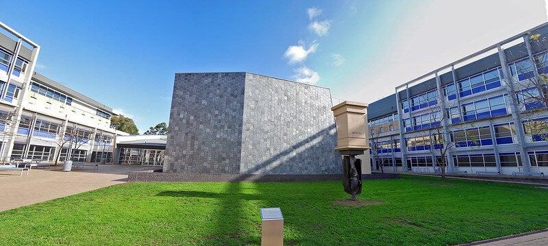 Escultura en el campus e la universidad La Trobe