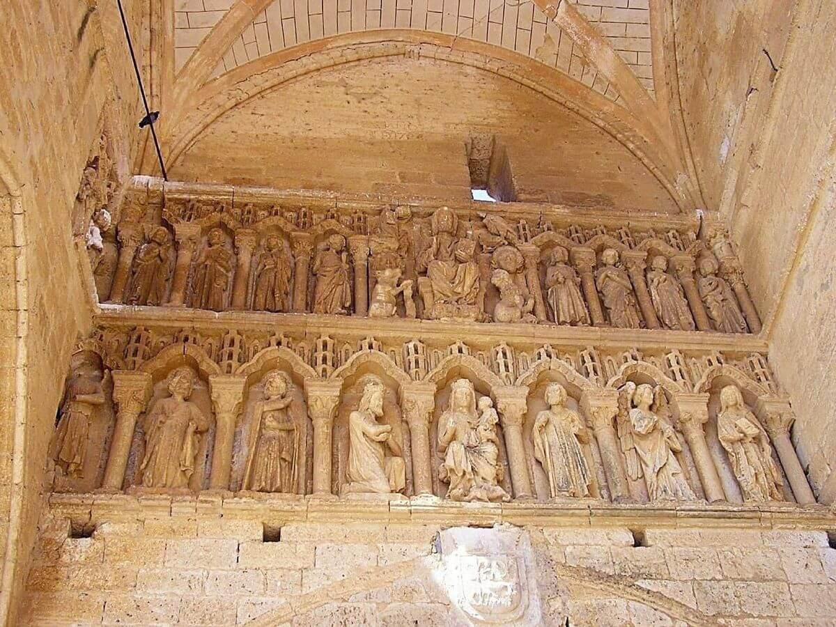 Esculturas del exterior de la iglesia