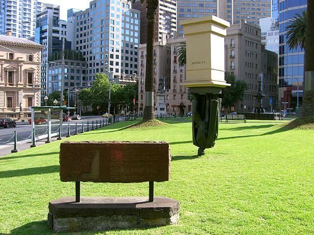 La estatua invertida de Charles La Trobe en Melbourne