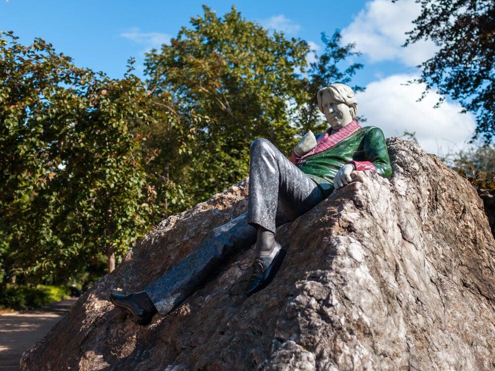 Estatua de Oscar Wilde en una ruta literaria por Dublín