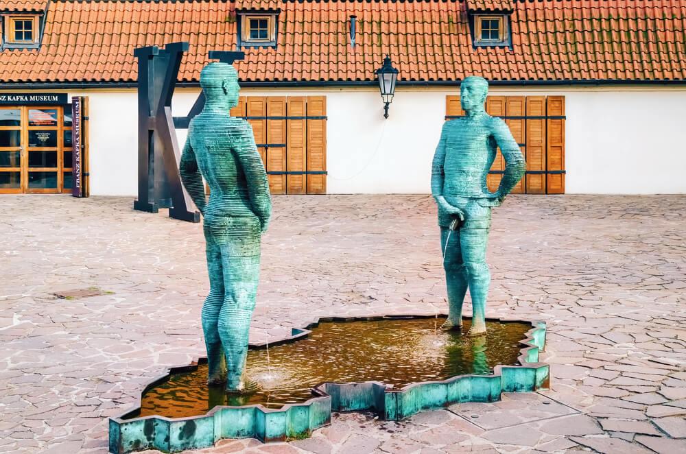 Estatua de hombres orinando