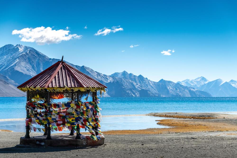 Templo a la orilla del lago