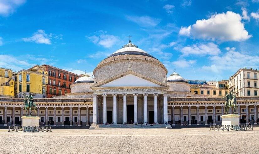 Piazza del Plebiscito, la plaza más grande de Nápoles