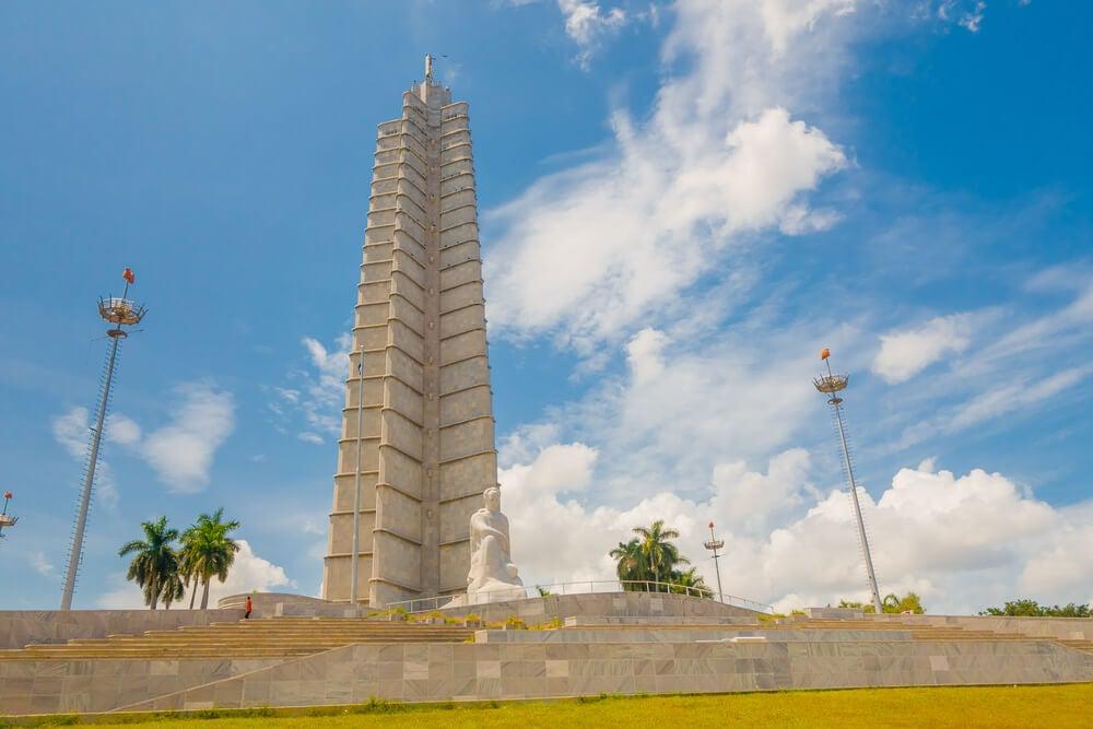 Un paseo por la plaza de la Revolución en La Habana
