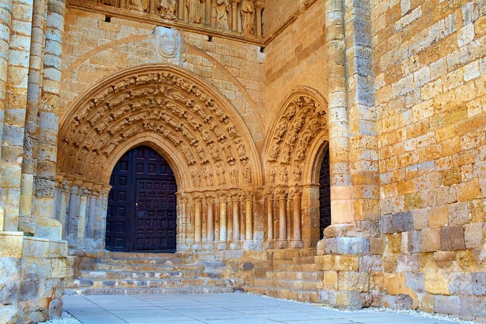 Portada de Santa María de Villalcázar de Sirga