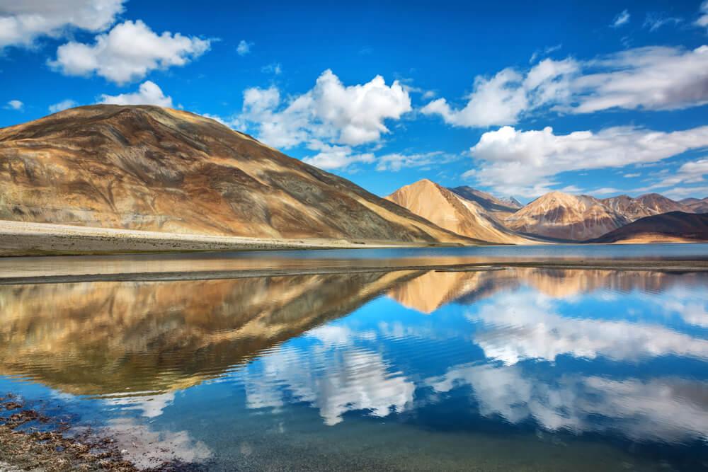 Reflejos de las montañas en el lago
