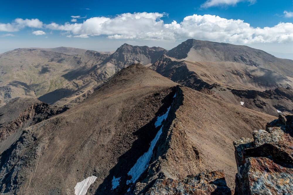 Vista desde el pico Veleta en una ruta por Sierra Nevada