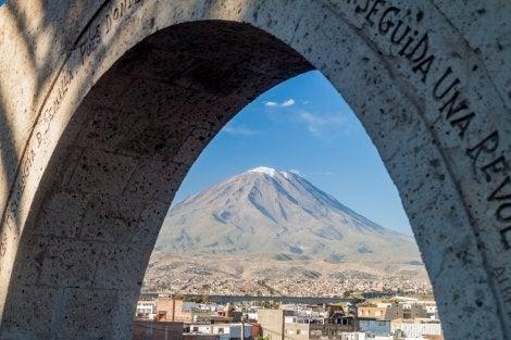Vista del volcán Misti desde Arequipa