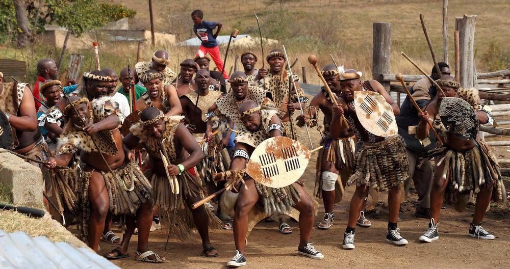 Guerreros zulúes bailando