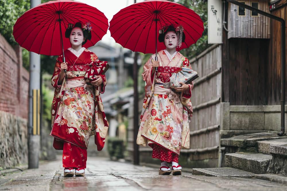 Geishas con el traje tradicional japonés