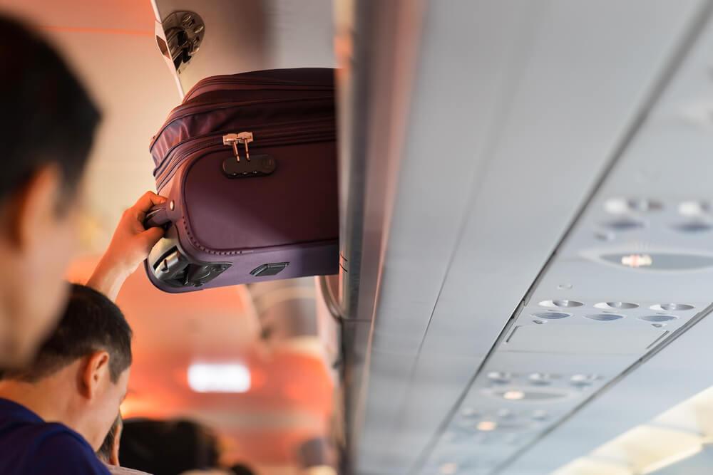 Maleta en un avión