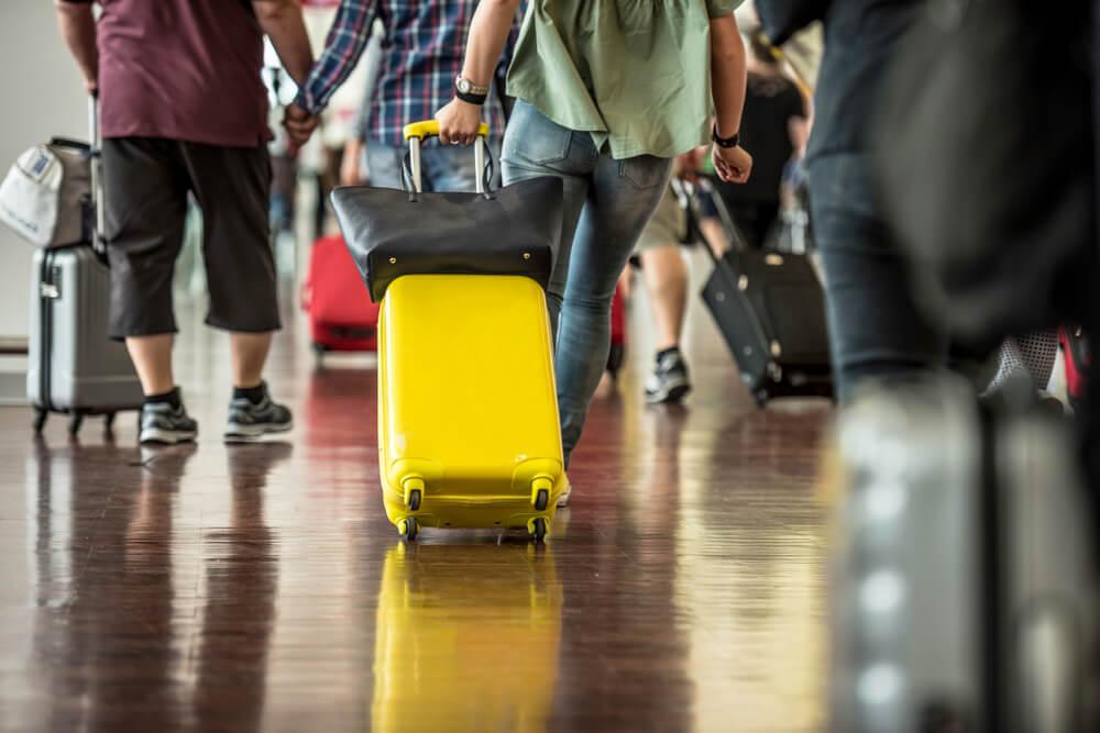 Viajero con una buena maleta de mano