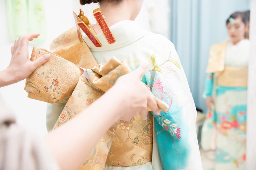 Mujer vistiendo kimono