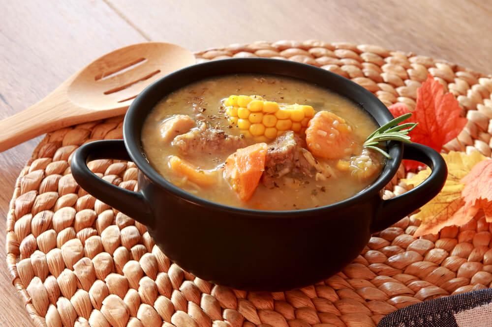 Plato de sancocho típico de la cocina caribeña colombiana