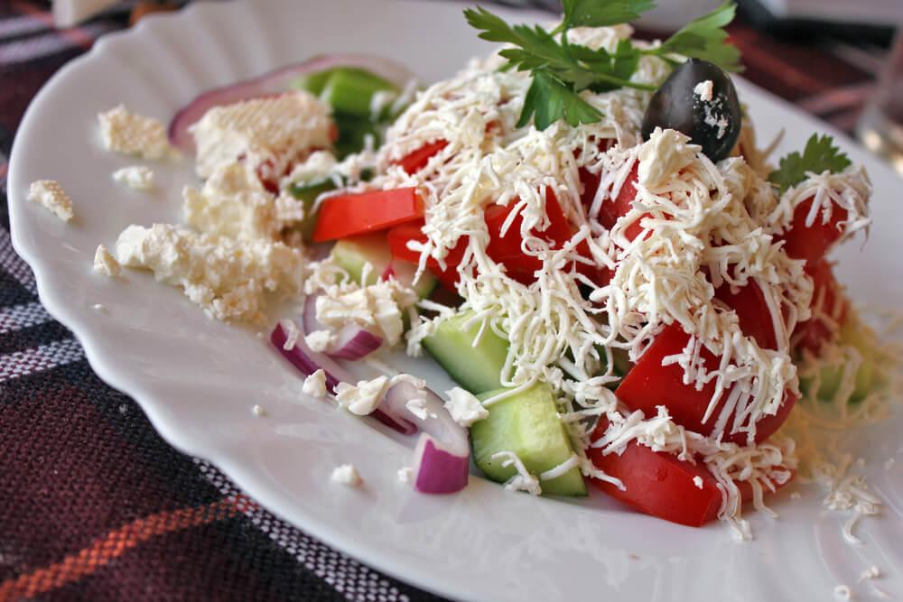 Plato de ensalada búlgara