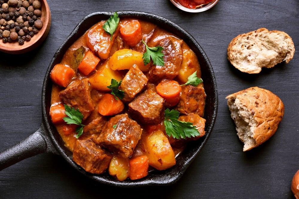 Plato de goulash típico de la cocnina húngara