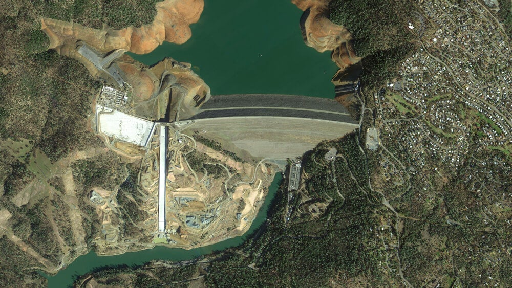 Vista aérea de la presa de Oroville, una de las represas más impresionantes del mundo