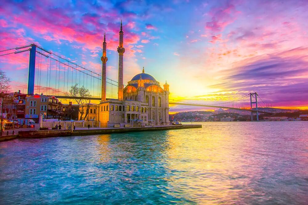 Mezquita Ortakoy y el puente del Bósforo al atardecer