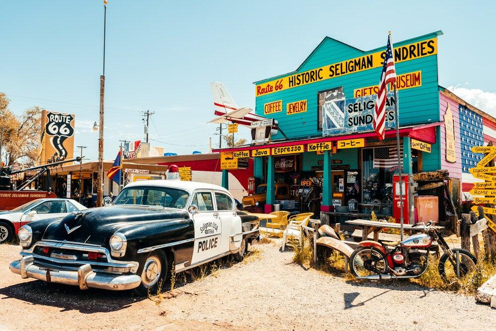 Gasolinera con coches antiguos