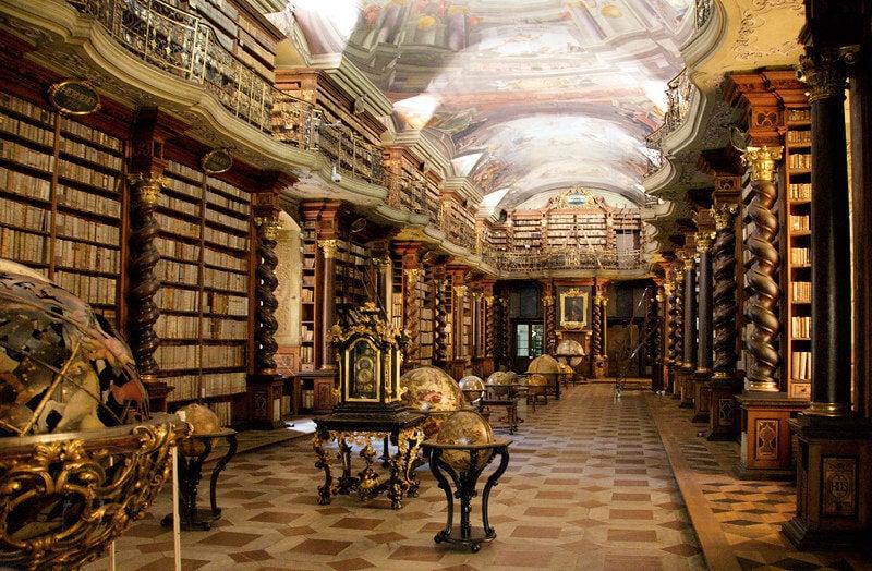 Pasillo de la biblioteca