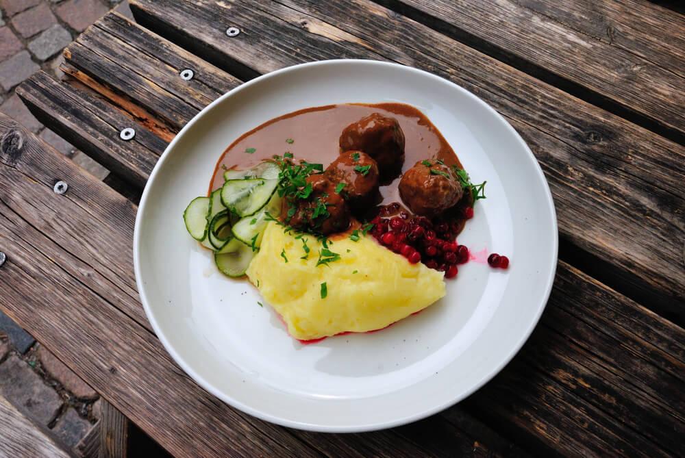 Plato de köttbullar típico de la cocina sueca