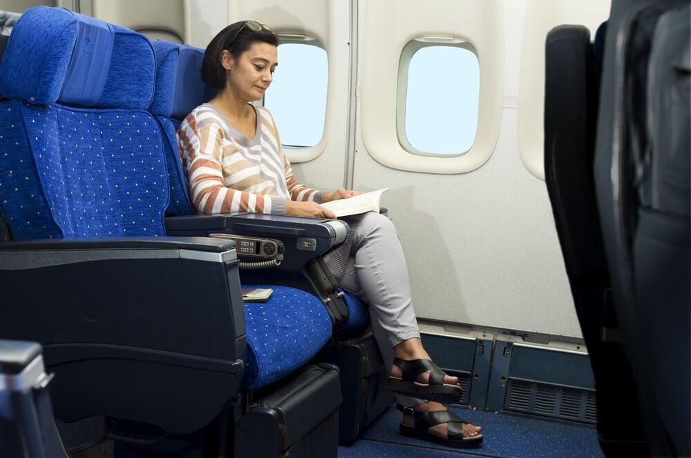 Mujer leyendo en un avión