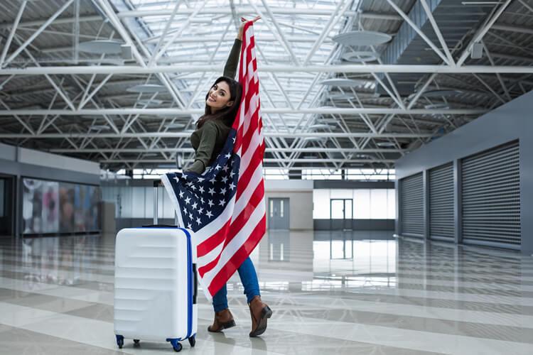 Joven con una bandera de Estados Unidos