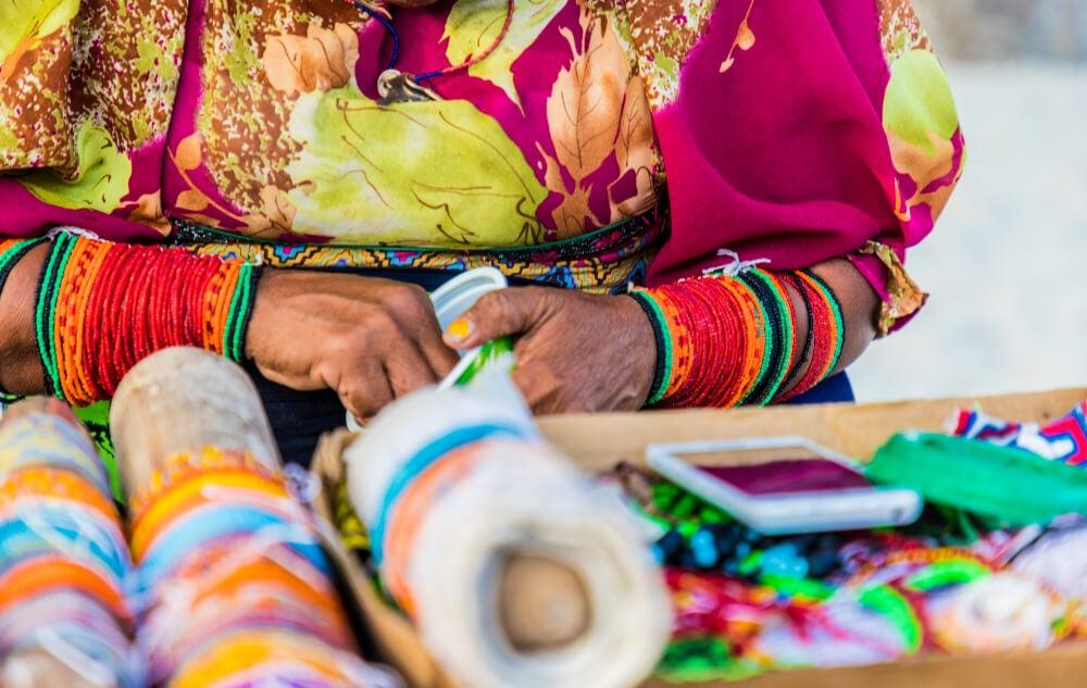 Mujer tejiendo molas