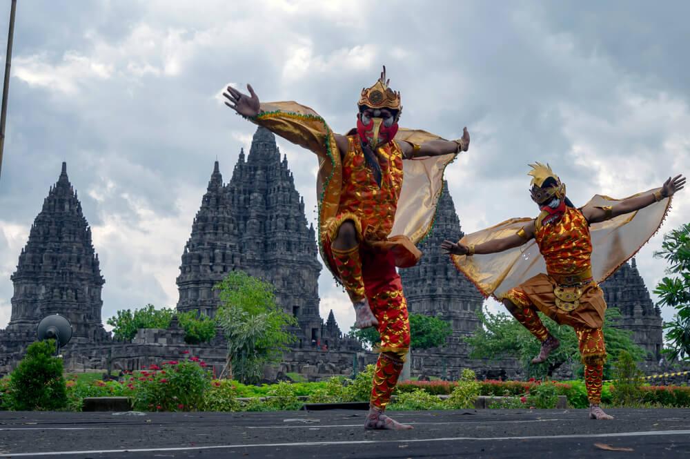 Bailarines en una danza tradicional