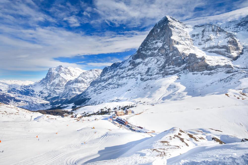 Pico Eiger y estación de esquí