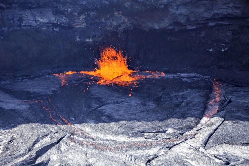 Erupción dentro del cráter
