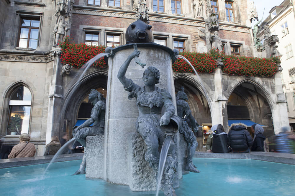 Fuente del PEz en la Marienplatz de Múnich