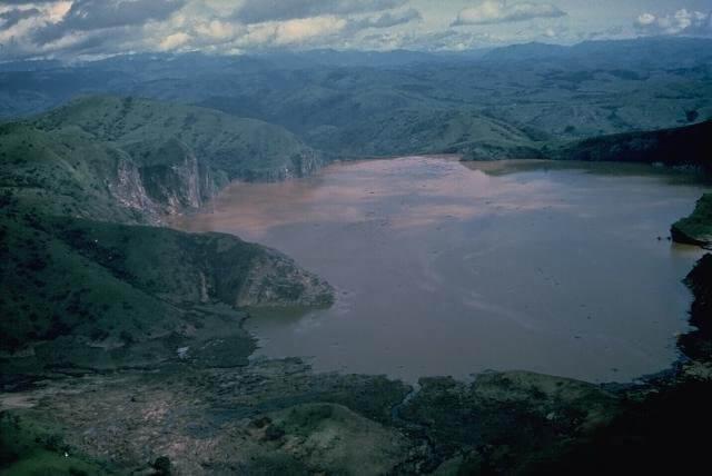 Lago cubierto de cenizas en 1986