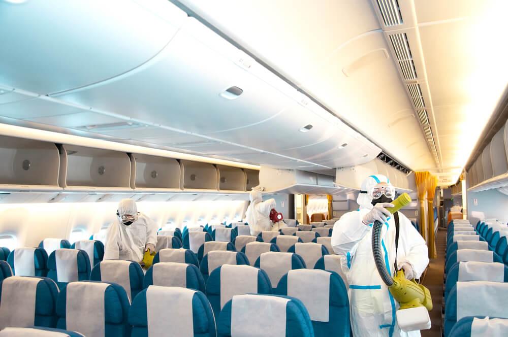 Limpieza de un avión por COVID-19
