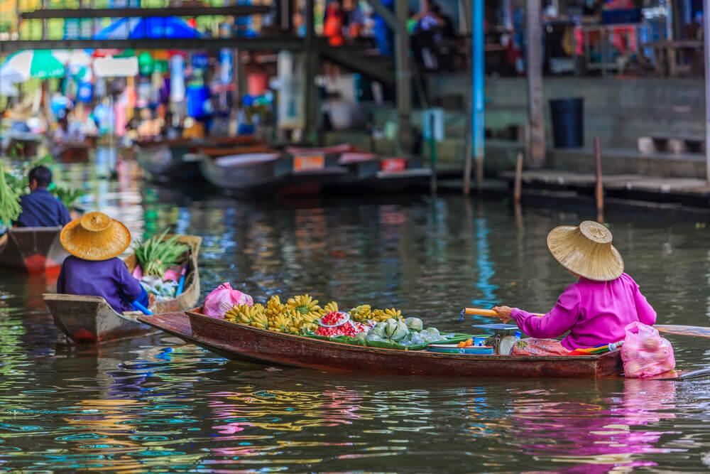 Vendedores en uno de los mercados flotantes de Tailandia