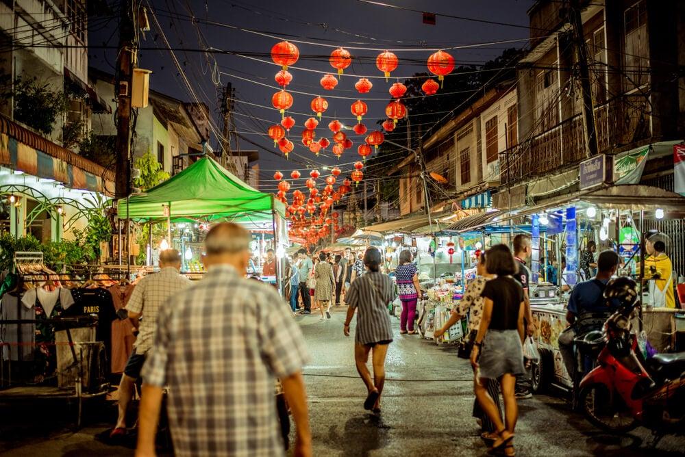 Mercado nocturno en Surat Tani